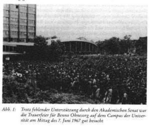 gut besuchte Trauerfeier für Benno Ohnesorg auf dem Campus der Universität am 07.06.1967